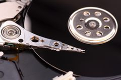 O close up abriu o disco rígido desmontado do computador, hdd com efeito do espelho imagens de stock royalty free