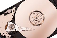 O close up abriu o disco rígido desmontado do computador, hdd com efeito do espelho imagem de stock