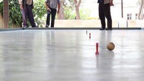 O close-up curto tradicional do tiro estreito disparou no vídeo do jogo de bola video estoque