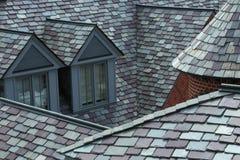 O close up da ardósia telhou telhados nas máscaras do cinza e do verde imagens de stock