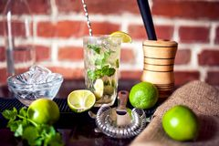 O close up da bebida feita fresca do cocktail da hortelã serviu o frio na barra Fotografia de Stock Royalty Free