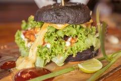 O close up da casa fez o hamburguer preto Foto de Stock Royalty Free