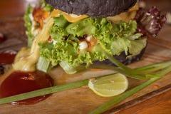 O close up da casa fez o hamburguer preto Imagem de Stock