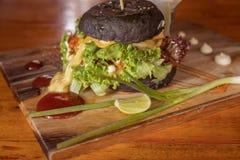 O close up da casa fez o hamburguer preto Fotografia de Stock Royalty Free