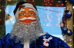 O close up da figura de Santa Claus manteve-se na frente da loja varejo que vende artigos do Natal Imagens de Stock Royalty Free