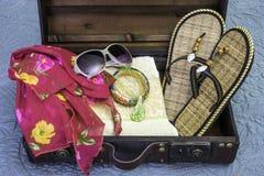 O close up da mala de viagem do vintage embalou para férias tropicais, curso imagem de stock
