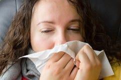 O close up da mulher doente está espirrando foto de stock royalty free