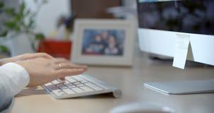 O close-up da mulher entrega usando o telefone esperto no escritório video estoque