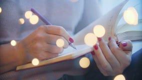 O close-up da pena da mão escreve em um caderno vídeos de arquivo