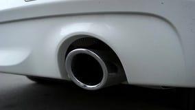 O close-up da tubulação de exaustão do cromo do carro filme