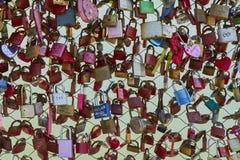 O close up da vista dianteira de uma cerca com amor padlocks na ponte em Salzburg imagens de stock royalty free