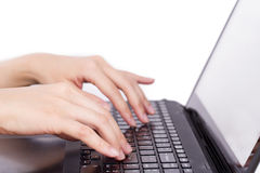 O close up das mãos das mulheres que tocam no tipo caderno (portátil) fecha o du Fotografia de Stock