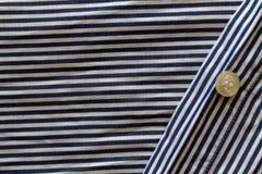 O close up de azul e do branco descascou a textura da tela com botão Fotos de Stock