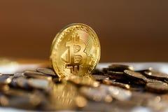 O close up de Bitcoin vislumbra no ouro no sol moedas imagem de stock royalty free