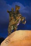 O close up de bronze do cavaleiro no fundo do céu noturno nebuloso St Petersburg Imagem de Stock