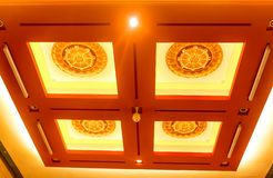 O close up de decora o teto em Chung Tai Chan Monastery no taiw foto de stock