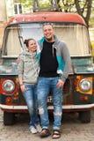 O close up de pares da família aproxima a camionete velha da hippie do carro ou do cigano do paintyng colorido fotografia de stock royalty free