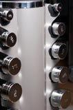 O close up de pesos de aço arranjados como o levantamento objeta Imagem de Stock