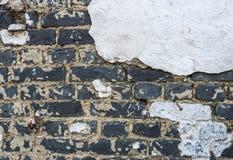 O close up de um branco velho emplastrou a parede de tijolo Foto de Stock Royalty Free