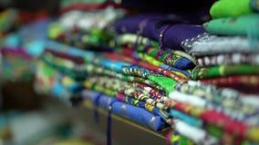 O close up de um contador com roupa colorido dobrou-se ordenadamente filme