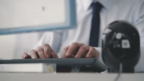 O close-up de um homem entrega a datilografia em um teclado do PC 4K vídeos de arquivo