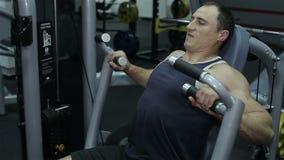 O close-up de um homem executa exercícios do gym filme