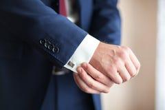 O close-up de um homem que veste uma luva do revestimento endireita fotos de stock royalty free