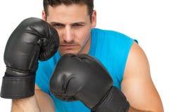 O close-up de um pugilista masculino determinado centrou-se sobre o treinamento Imagem de Stock