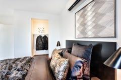 O close up de um quarto moderno descansa em uma cama Foto de Stock