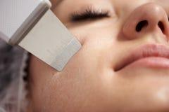 O close up de uma casca facial do ultrassom executou à mulher com os chicotes do fasle imagem de stock royalty free