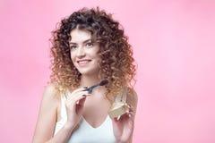 O close-up de uma escova caucasiano nova da terra arrendada da mulher e cora paleta imagem de stock royalty free