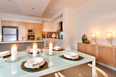 O close up de uma mesa de jantar estabelece-se na frente da cozinha com fl Imagem de Stock Royalty Free