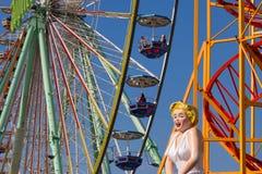 O close up de uma observação grande roda dentro o parque de diversões foto de stock