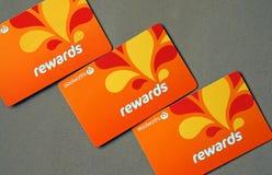 O close-up de Woolworths recompensa cartões da lealdade Os supermercados de Woolworths são uma corrente australiana da mercearia imagem de stock royalty free
