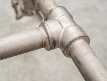 O close up detalha a junção soldada do selo no encanamento inoxidável para o gás Imagens de Stock