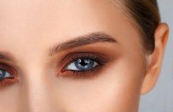 O close-up disparou da composição fêmea do olho no estilo fumarento dos olhos fotografia de stock