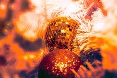 O close-up disparou da decoração da época de Natal com bola do espelho e f Imagens de Stock