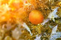O close-up disparou de decorações da árvore de Natal no tom claro dourado Foto de Stock