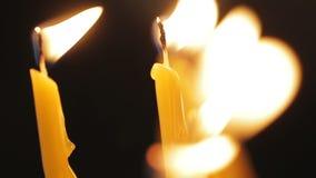 O close-up disparou de duas velas de relâmpago no fundo preto video estoque