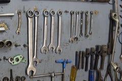 O close-up disparou de ferramentas do metal da fixação na oficina de reparações Foto de Stock Royalty Free