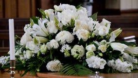 O close up disparou de um caixão colorido em um carro fúnebre ou da capela antes do funeral ou do enterro no cemitério fotografia de stock