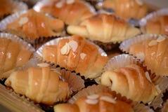 O close-up disparou de um croissant delicioso da amêndoa para uma ruptura de café Fotografia de Stock Royalty Free