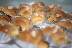 O close-up disparou de um croissant delicioso da amêndoa para uma ruptura de café Fotografia de Stock