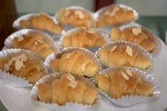 O close-up disparou de um croissant delicioso da amêndoa para uma ruptura de café Imagem de Stock