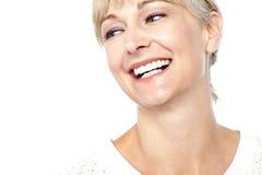 O close up disparou de uma mulher bonita que sorri heartily Fotografia de Stock