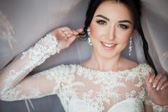 O close up disparou de uma noiva elegante, moreno em dres do branco do vintage Imagem de Stock Royalty Free