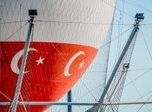 O close up disparou do balão branco grande com bandeiras turcas fotos de stock