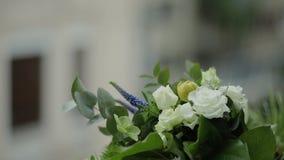 O close up disparou do ramalhete bonito do casamento que encontra-se para baixo video estoque