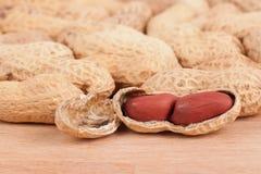 O close up disparou dos amendoins em uma tabela de madeira Fotos de Stock Royalty Free