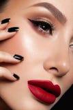 O close-up disparou dos bordos da mulher com batom vermelho imagem de stock